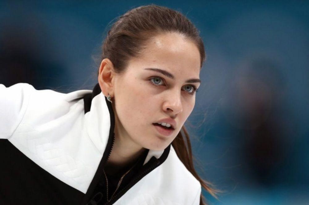 А вот о керлингистке Анастасии Брызгаловой заговорили после ее удачного селфи, которое она сделала перед Олимпиадой-2018. Тогда подписчики сравнили девушку с Анджелиной Джоли. Между тем, у Брызгаловой - бронза Олимпиады-2018.