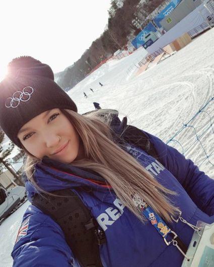 Роуэн Чешир является лидером сборной Великобритании по фристайлу. В ее карьере уже была и первая травма - на прошлой Олимпиаде-2014 девушка упала и разбила нос, но от страха перед выступлениями не осталось и следа. На Олимпиаде-2018 Роуэн выступила достойно.