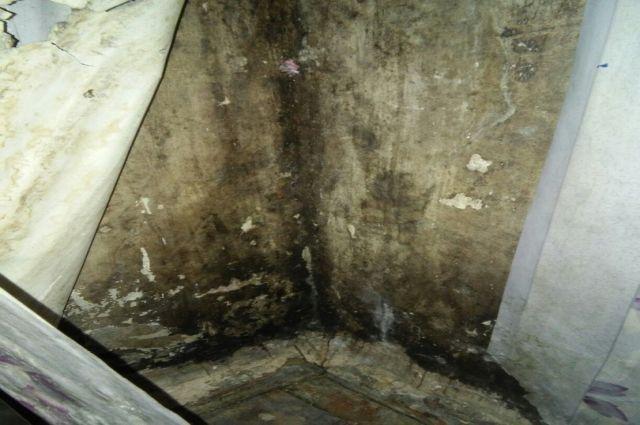 В тюменском жилом доме плита провалилась в подвал