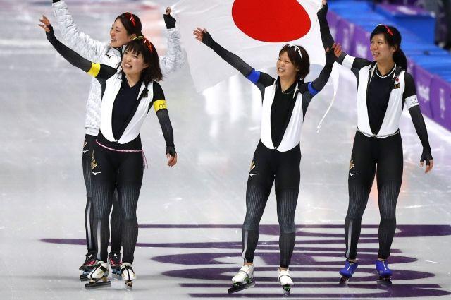 Конькобежки из Японии завоевали золото в командной гонке преследования
