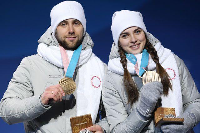 Российские спортсмены Александр Крушельницкий иАнастасия Брызгалова, завоевавшие бронзовые медали втурнире покерлингу вдисциплине дабл-микст, нацеремонии награждения наXXIII зимних Олимпийских играх.