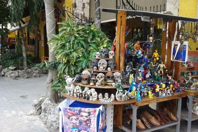 Такие разноцветные черепа на прилавках в Мексике не редкость.