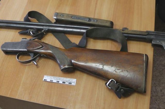 У кузбассовца изъяли ружье, патроны и две банки с порохом.