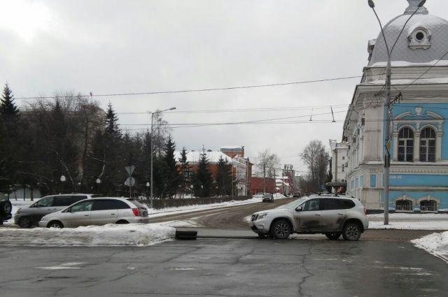 Автомобиль сбил дорожный знак после ДТП