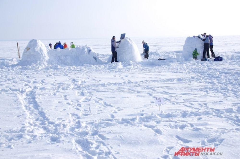 Иглу строили несколько часов при минусовой двадцатиградусной температуре.