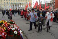 Начальник регионального УМВД Игорь Баталов возлагает цветы в День Победы.