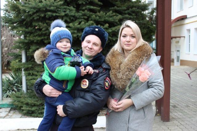 Участковый Егор Савостин и спасенная им семья.