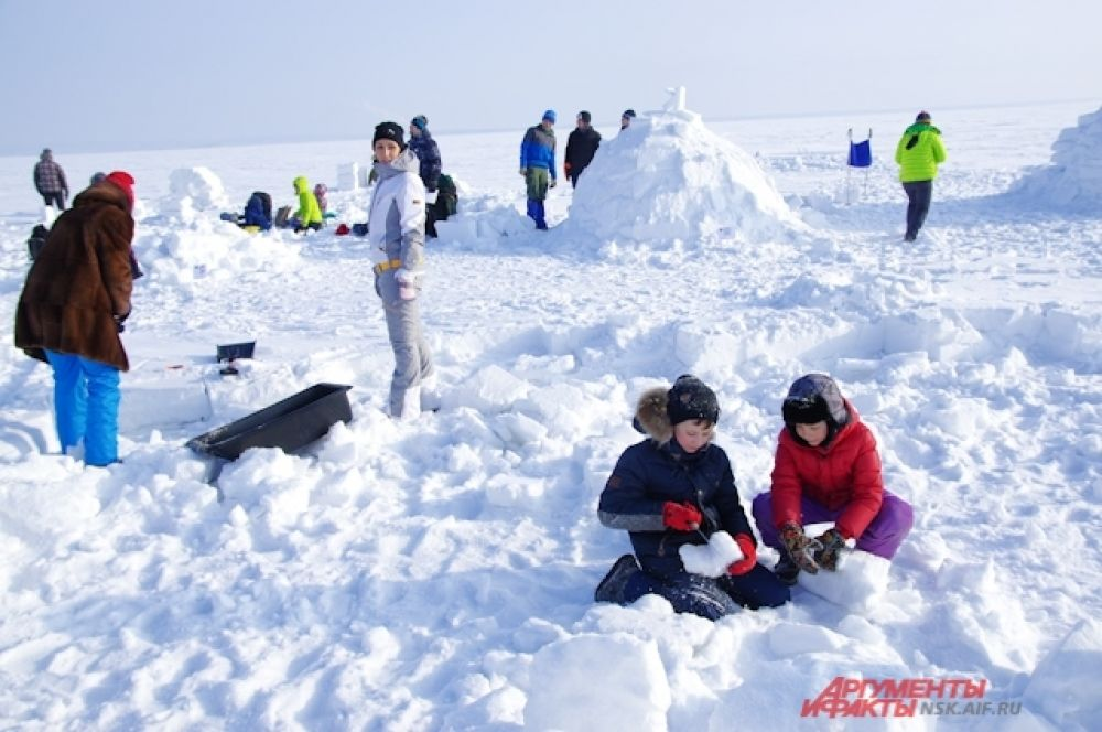 Пока взрослые трудятся, можно просто поиграть в снегу.