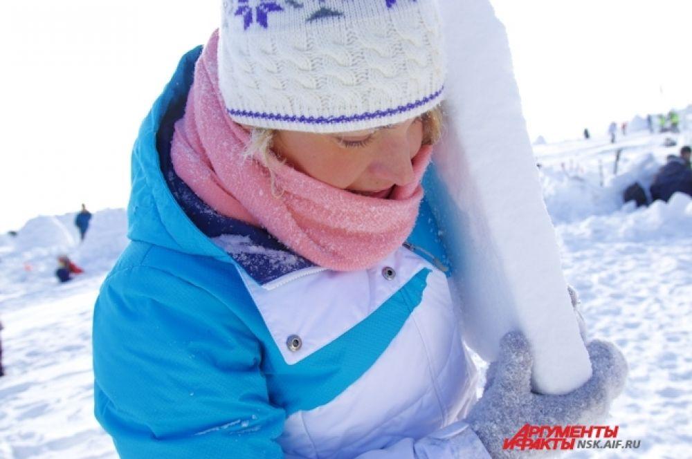 Строительство  дома, хоть и снежного - тяжелый труд.