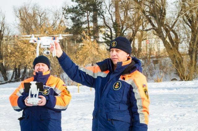 Спасатели запустили в небо беспилотник, что найти опасные тропы на Иртыше.