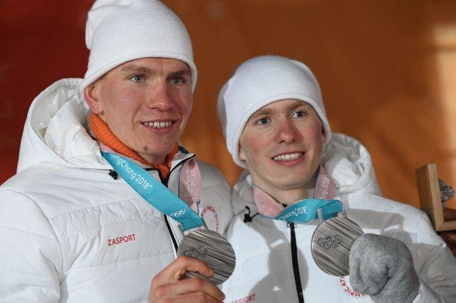 Российским лыжникам Большунову и Спицову вручили серебряные медали ОИ-2018