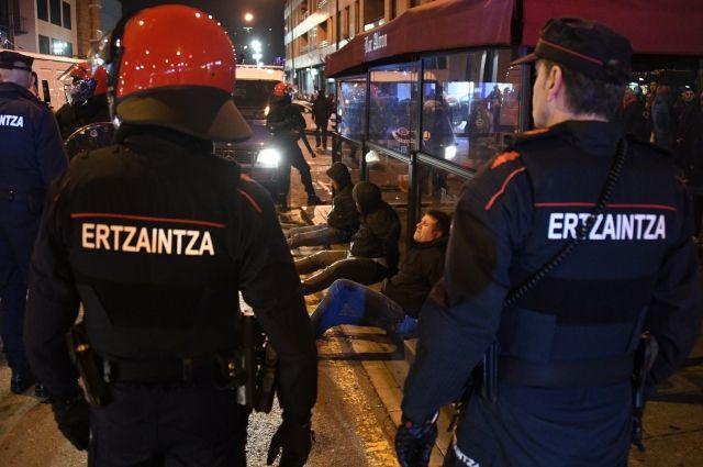 В столкновении фанатов «Спартака» и «Атлетика» погиб испанский полицейский