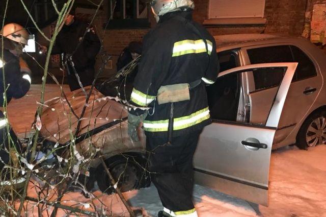 В Киеве во дворе жилого дома взорвался автомобиль