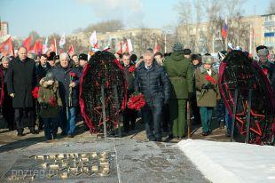 Губернатор возложил цветы к Вечному огню.