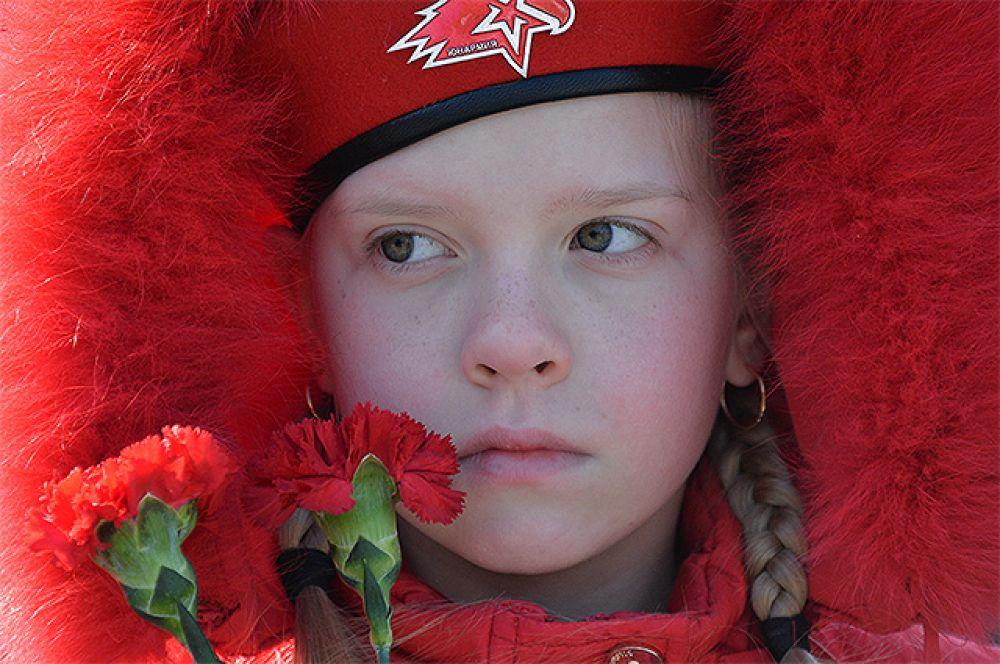 Участница молодежного военно-патриотического движения «Юнармия» во время возложения цветов к Вечному огню у мемориала «Боевая слава Тихоокеанского флота» во Владивостоке.