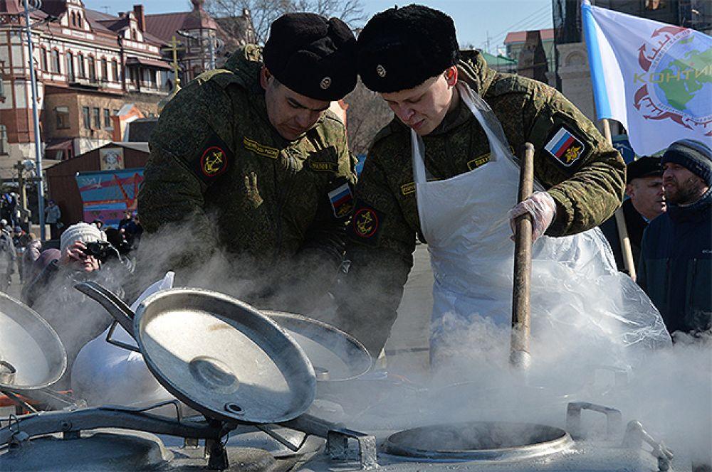 Работа полевой кухни во время праздничных мероприятий в честь Дня защитника отечества во Владивостоке.