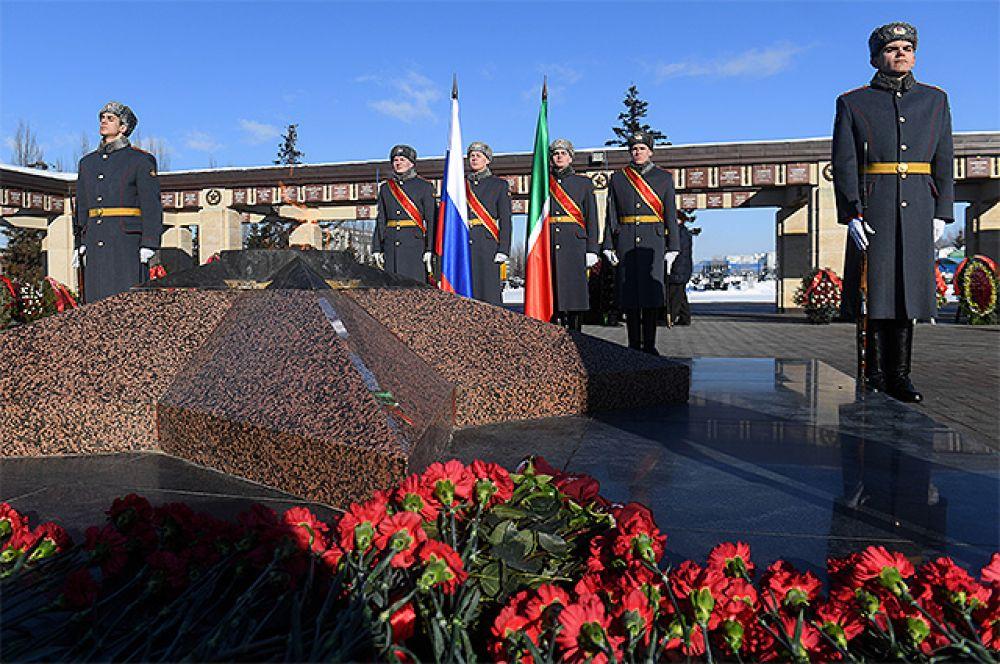 Военнослужащие во время торжественного возложения цветов к Вечному Огню в парке Победы в Казани в рамках празднования Дня защитника Отечества.