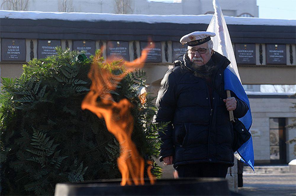 Житель Казани во время торжественного возложения цветов к Вечному Огню в парке Победы в рамках празднования Дня защитника Отечества.