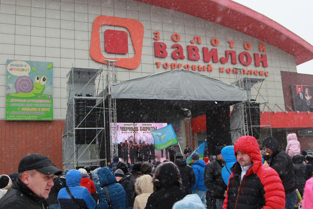 На сцене выступили группы морской пехоты «Черные береты», вокально-инструментальный ансамбль «Ветераны группы «Каскад», концертный ансамбль Военно-воздушных сил РФ – Голубые береты».