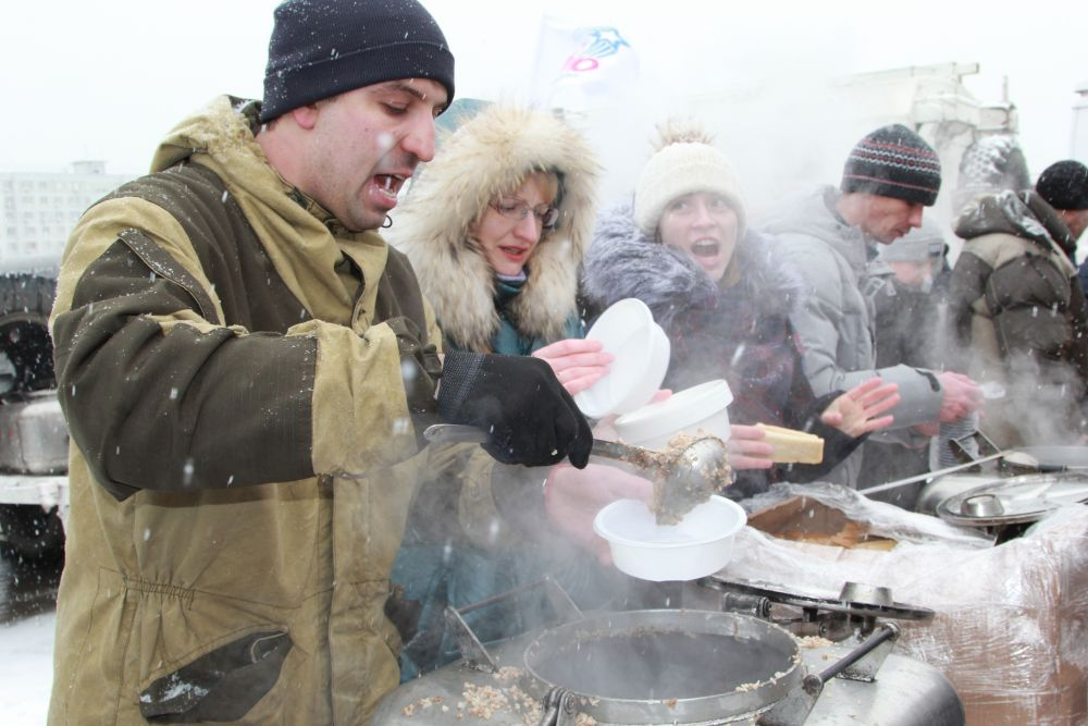 Полевая кухня угощала ростовчан настоящей армейской кашей с тушенкой и крепким горячим чаем.