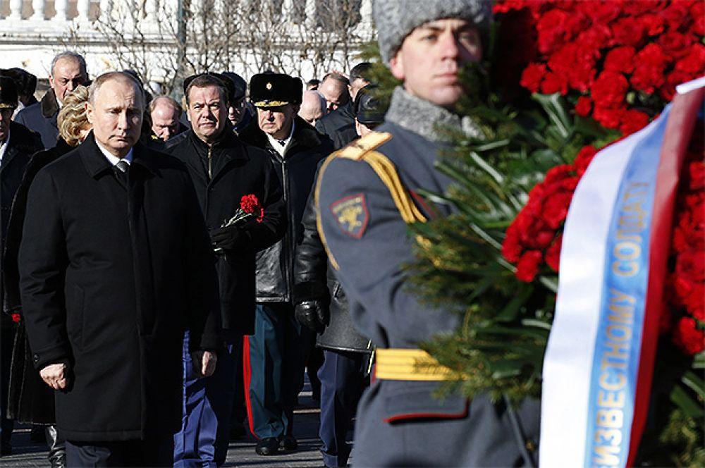 Президент РФ Владимир Путин и председатель правительства РФ Дмитрий Медведев на церемонии возложения венка к Могиле Неизвестного Солдата у Кремлёвской стены в День защитника Отечества.