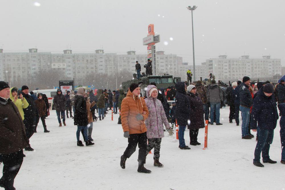 Площадка перед «Золотым  Вавилоном» - сотни ростовчан провели здесь праздничное время.