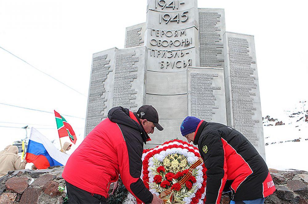 Участники митинга возлагают цветы в День защитника Отечества, посвященного 75-й годовщине битвы за Кавказ, на горе Эльбрус, на высоте 4,2 тысячи метров у камня, где установлена памятная доска бойцам Красной Армии, 13 и 17 февраля 1943 года сбросившим гитлеровские штандарты с вершин Эльбруса и водрузившим советские флаги.