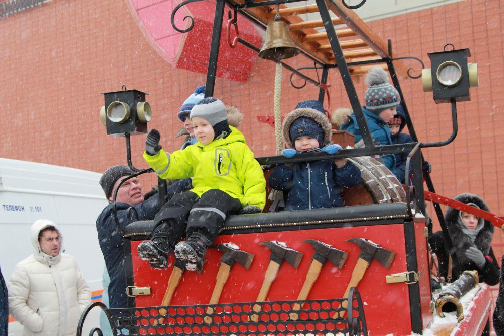 Детям больше всего нравилась пожарная ретро-техника.