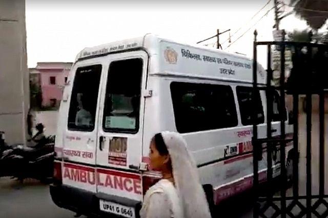 СМИ: в Индии автомобиль протаранил здание школы