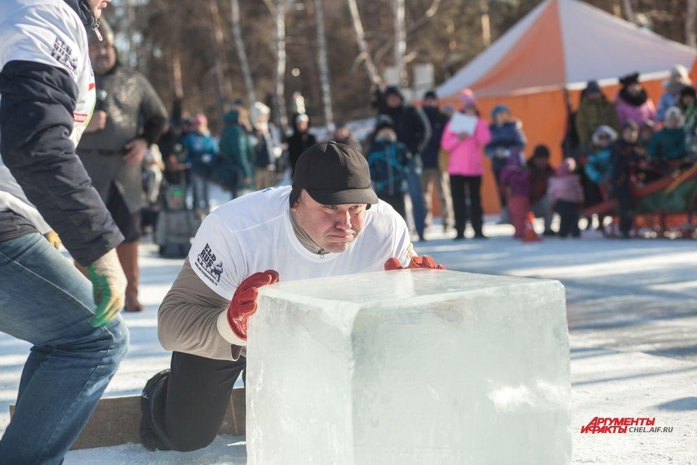 Богатыри толкали большую льдину будто камень в кёрлинге.