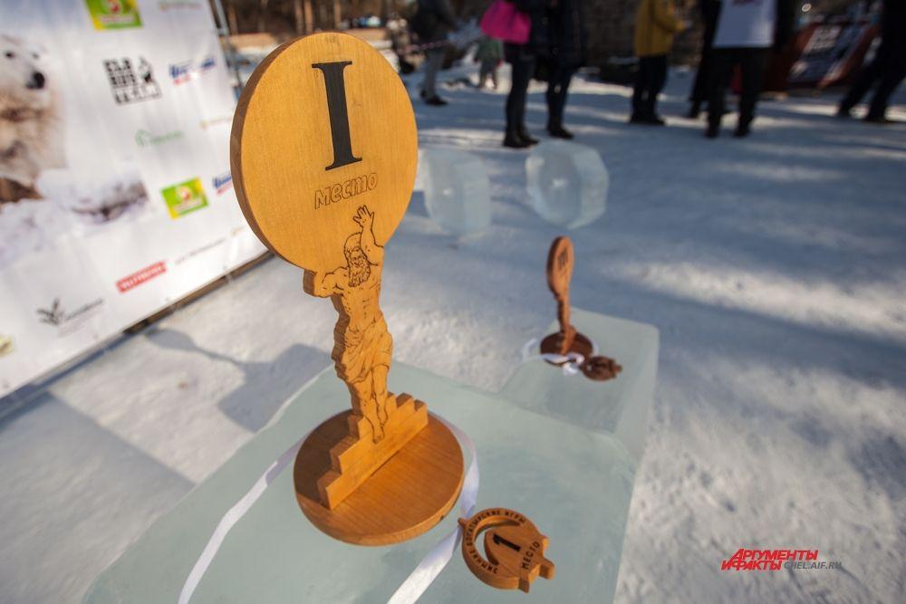 Награды для силачей изготовили из дерева.