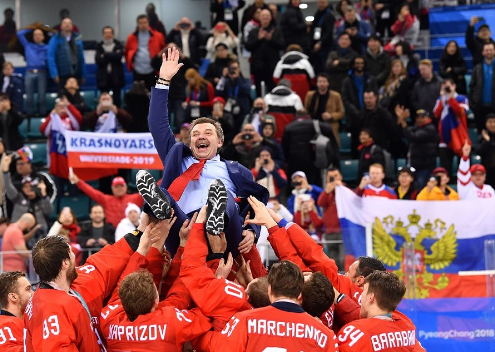 Российские хоккеисты качают главного тренера Олега Знарка.