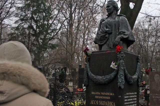 Вандалы украли бронзовые гирлянды с монумента Лесе Украинке накладбище вКиеве