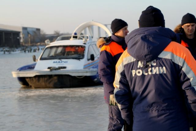 Под лед Куршского залива провалилась машина с рыбаками.