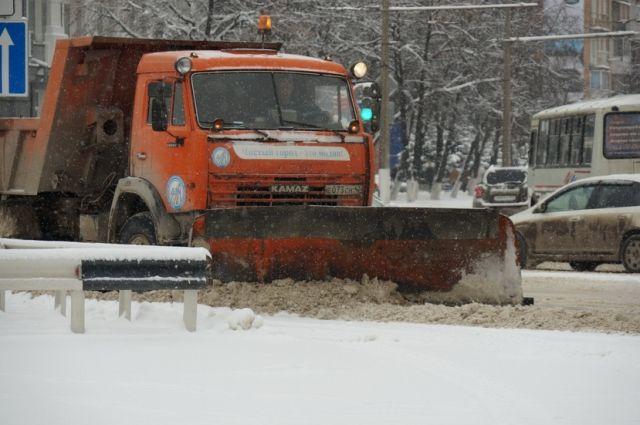 Более 60 спецмашин убирали дороги Кемерова в ночную смену.