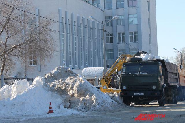 В Оренбурге последствия ночного снегопада устраняли 1100 дворников.