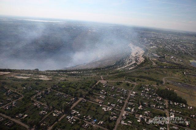 Коркинский угольный разрез начали разрабатывать вЧелябинской области в1930-е годы. Глубина крупнейшей вЕвразии открытой угольной выработки— 500м, длина поповерхности— 3км, ширина— 2,5км. За8десятилетий здесь добыто 266 млн тонн бурого угля.