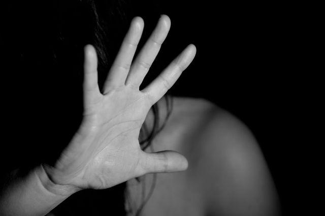 Женщина стала выгонять незваного гостя, в ответ ревнивец ударил её по лицу.