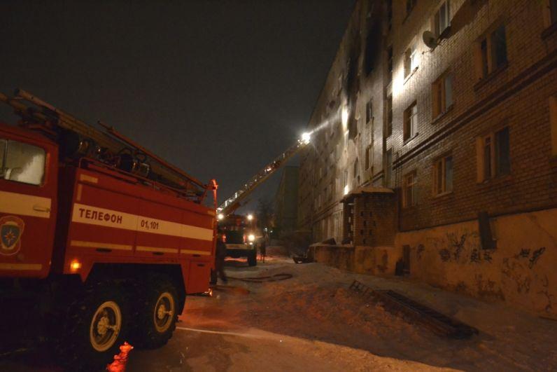 102 человека работали на пожаре.