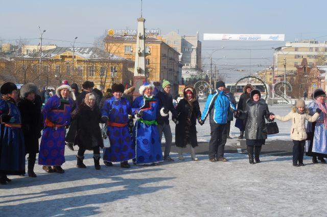 В дружном хороводе и русские и буряты - на праздновании Сагаалгана.