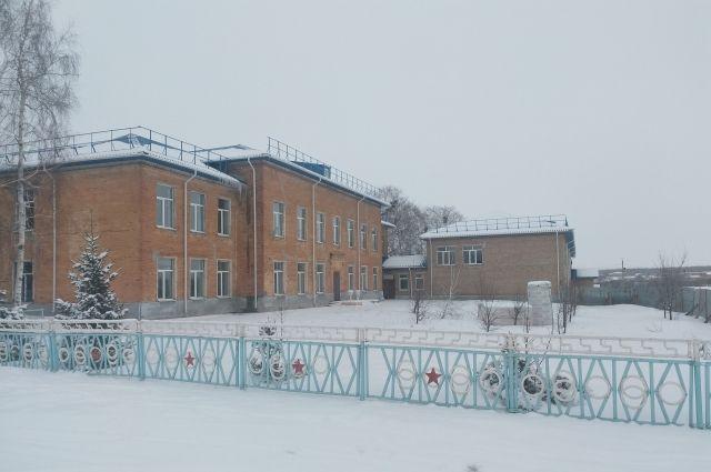 На этой половине школы не смогли закончить ремонтные работы.