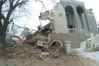 Известная многим оренбуржцам «обкомовская дача» была излюбленным местом для фотосессий, но сейчас камеры могут запечатлеть только результат варварского сноса здания.