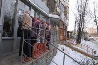 Жильцы дома на ул. Адоратского в Казани добились того, что 6 из 11 магазинов съехали. Но некоторые еще держатся.