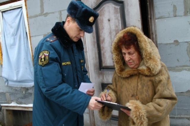 Инспекторы проводят профилактические работы с населением.