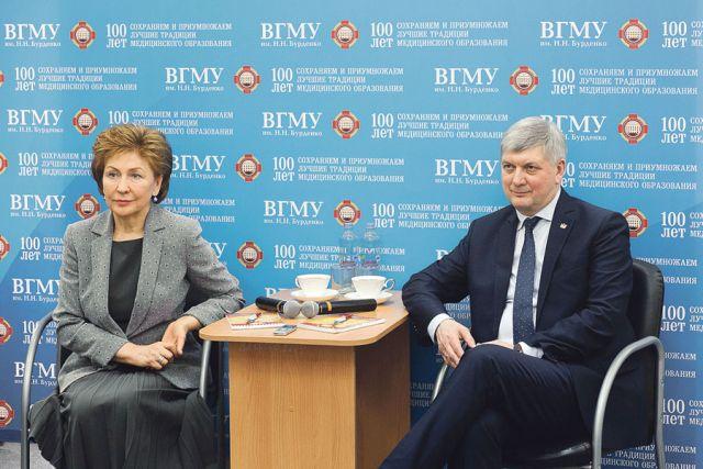 Галина Карелова и Александр Гусев пообщались со студентами-волонтёрами и поблагодарили их за неравнодушную гражданскую позицию.
