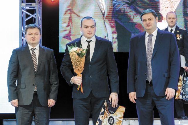 Лукойловцев, служивших в армии, поздравили с 23 Февраля. Среди них - Кирилл Бережной (на фото - в центре).