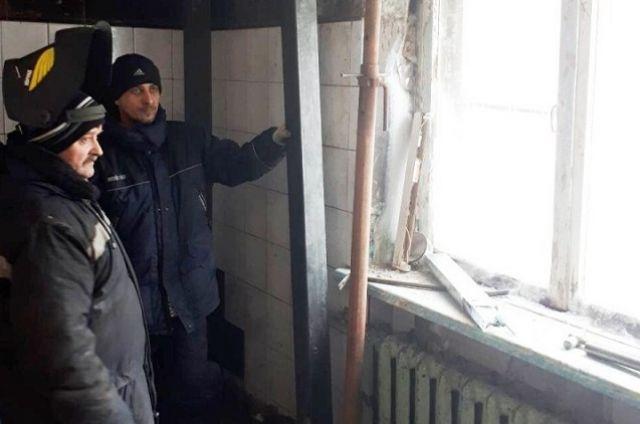 Подрядная организация начала установку разгрузочных стоек под плиты перекрытия.
