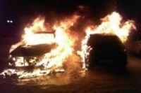 Мужчина заснул за рулём своего автомобиля Volkswagen Polo. Проснулся от того, что кто-то вытаскивает его через окно машины. Позже оказалось, что часть иномарки полностью сгорела.
