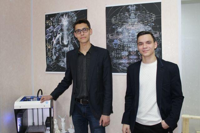 Михаил Козенко и его коллега Николай Аксененко с принтером собственного производства.