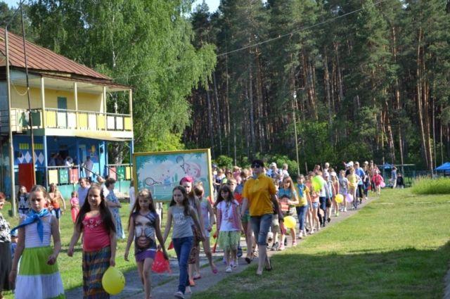Летом детей ждут лагеря отдыха и санатории.